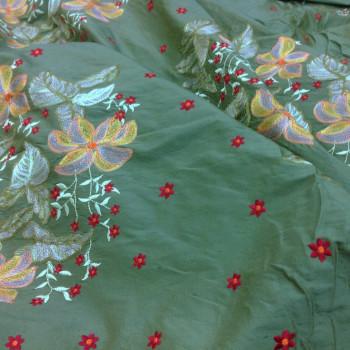 Soie brodée verte à motifs floraux