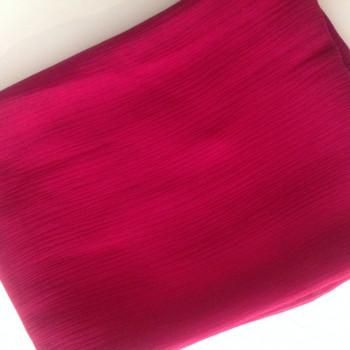 0020 Etole en mousseline de soie plissée framboise disponible immédiatement