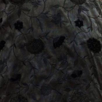 Soie brodée noire à motifs floraux
