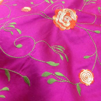 Soie brodée fuchsia à motifs floraux